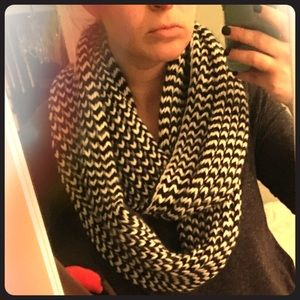Black and white pattern winter scarf
